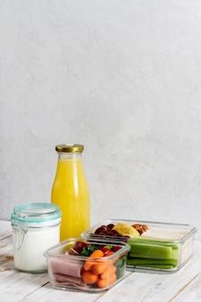 Aranżacja z pakowaną butelką jedzenia i soku
