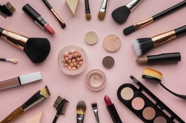Aranżacja z pędzlami do makijażu i cieniami do powiek