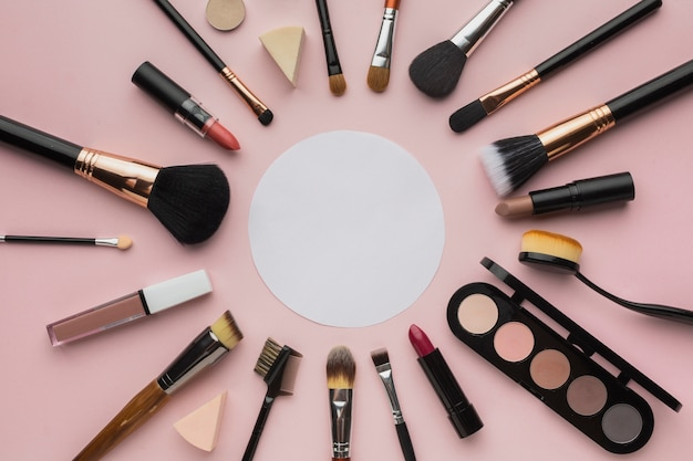 Aranżacja z pędzlami do makijażu