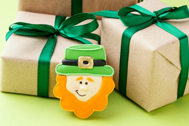Aranżacja z prezentami i krasnoludkiem