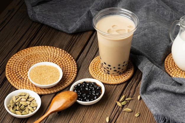 Aranżacja z pyszną tradycyjną tajską herbatą