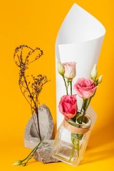 Aranżacja z różami w wazonie z papierowym rożkiem