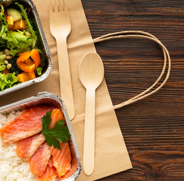 Aranżacja z różnymi posiłkami na drewnianym stole