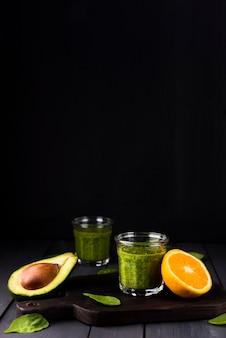 Aranżacja z smoothie i pomarańczą