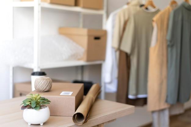 Aranżacja z ubraniami i paczką na biurku