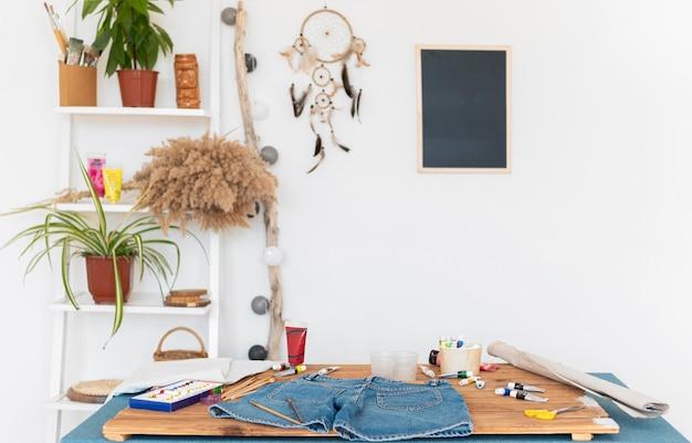 Aranżacja z ubraniami na stole