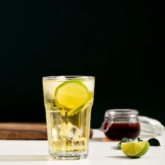 Aranżacja z zimnym napojem