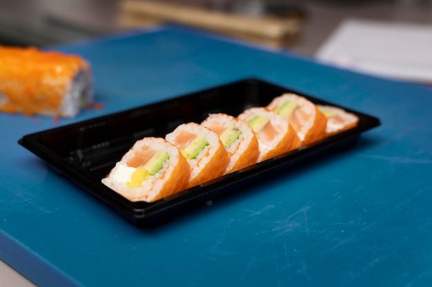 Aranżacja zamówienia sushi w kuchni restauracji