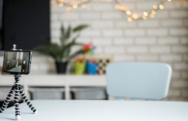 Aranżacja ze smartfonem na stojaku