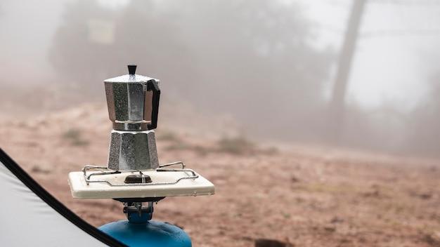 Aranżacja ze zbiornikiem gazu i dzbankiem do herbaty