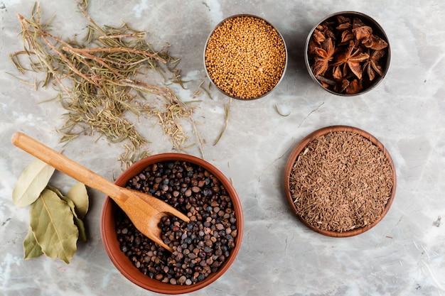 Aranżacja ze zdrowym jedzeniem i marmurowym tłem