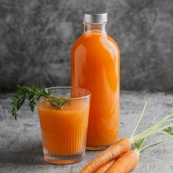 Aranżacja ze zdrowym napojem marchewkowym