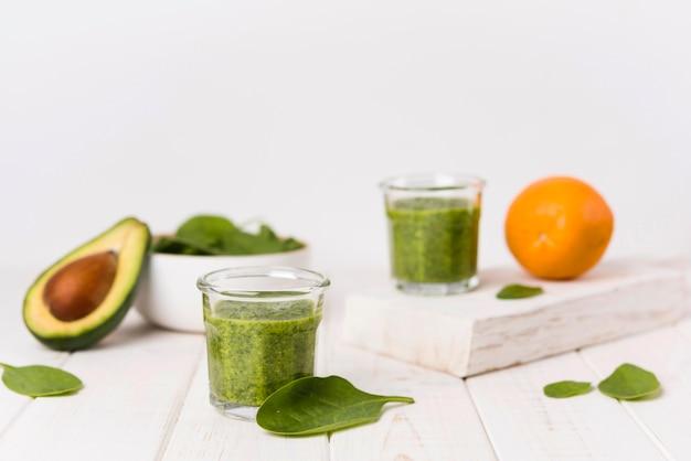 Aranżacja ze zdrowymi zielonymi koktajlami