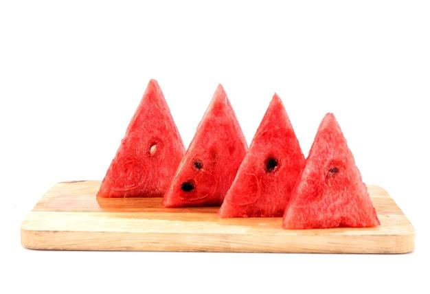 Arbuz kroi się w trójkąty i układa na desce do krojenia.