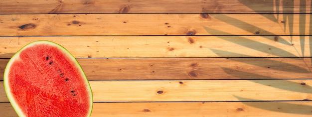 Arbuz na powierzchni tekstury drewna