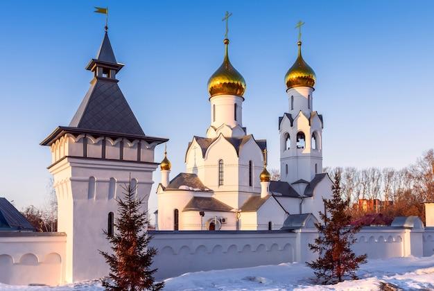 Archanioła michała w nowosybirsku cerkiew ze złotymi kopułami i krzyżami