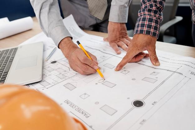 Architekci rysują plan