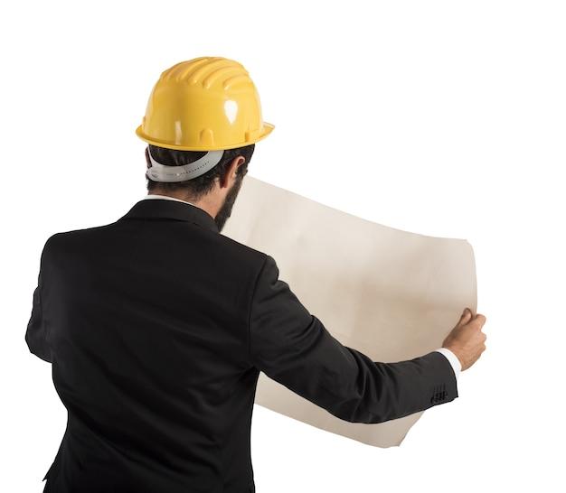 Architekt analizuje projekt budynku