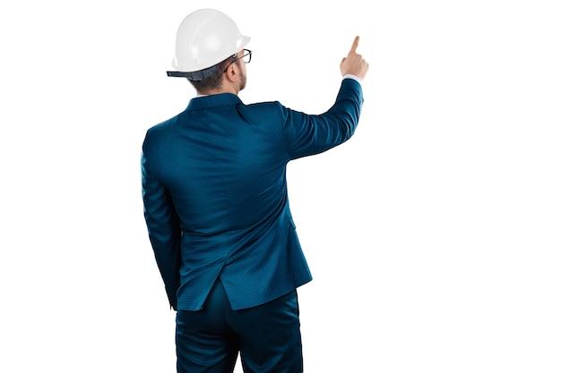 Architekt biznesmen z białym hełmem na głowie