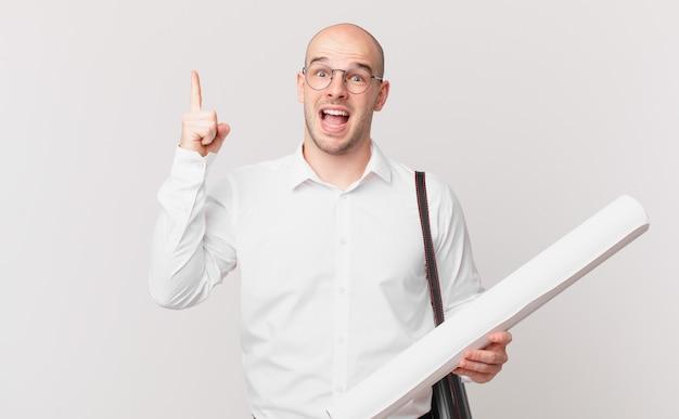Architekt czując się jak szczęśliwy i podekscytowany geniusz po zrealizowaniu pomysłu, radośnie podnosząc palec, eureka!
