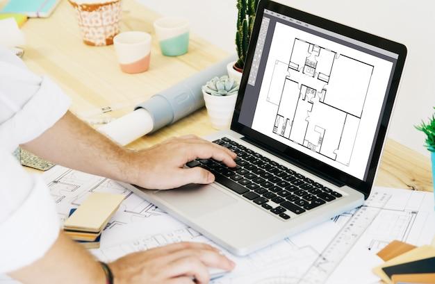 Architekt działający z laptopem cad