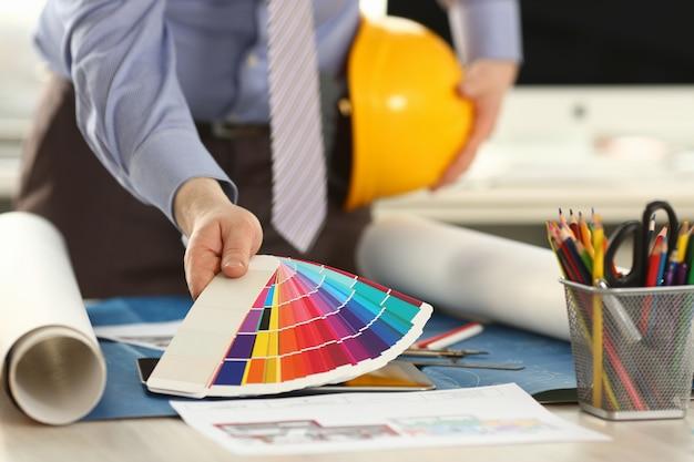 Architekt holding spectrum color palette w biurze
