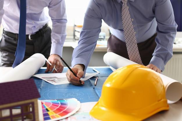 Architekt inżynier szkicowanie projektu budowlanego