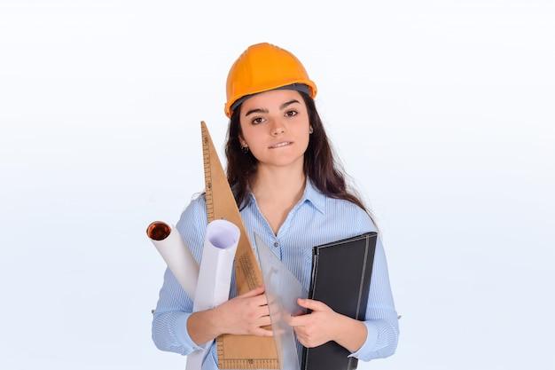 Architekt kobiet posiadających foldery i plany.