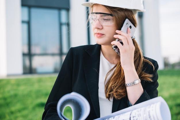 Architekt kobieta komunikuje się z telefonem