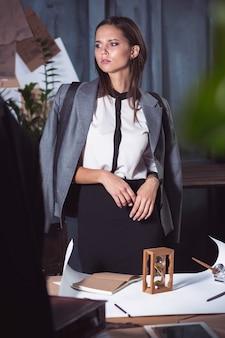 Architekt kobieta pracuje na stole kreślarskim w biurze lub w domu.