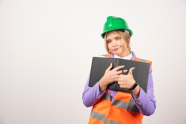 Architekt kobieta w kask z tabletem na białym.