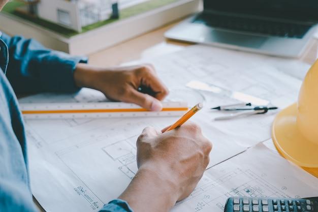 Architekt lub inżynier pracujący w biurze. koncepcja budowy. narzędzia inżynierskie.