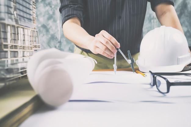 Architekt lub inżynier pracujący w biurze, koncepcja budowy.