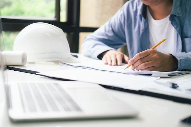 Architekt lub inżynier pracuje w biurze