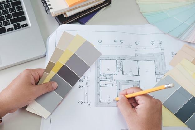 Architekt lub projektant wnętrz wybiera dźwięki kolorystyczne dla projektu domowego