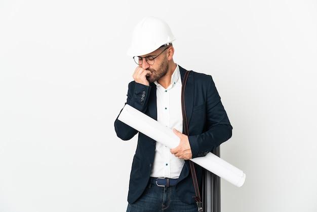 Architekt mężczyzna z hełmem i trzymający plany na białym tle mający wątpliwości