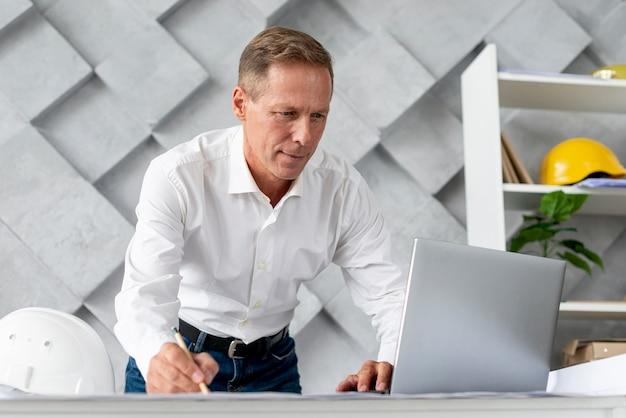 Architekt o niskim kącie robi nowy projekt