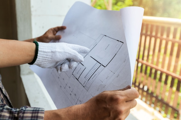 Architekt omawia z majstra o projekcie w budowie