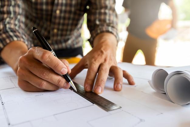 Architekt pomiarowa skala na projekcie w budowie