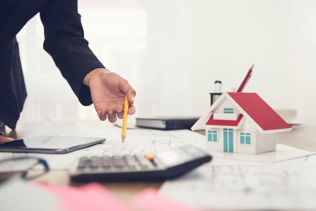 Architekt pracujący nad modelem domu
