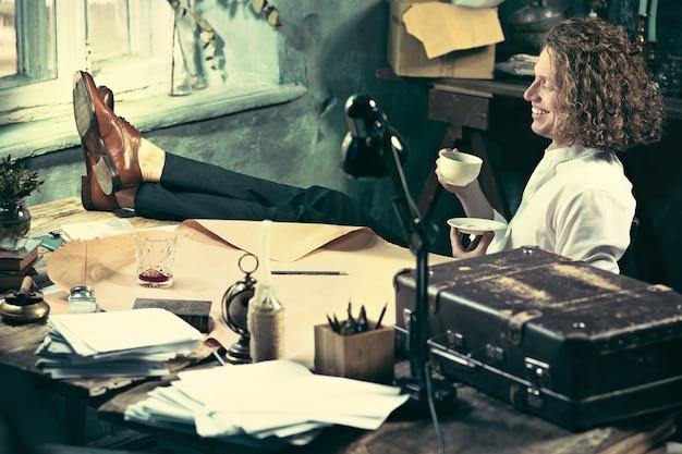 Architekt pracuje na rysunku stole w biurze