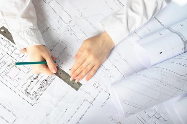 Architekt pracuje nad projektami architektonicznymi, planami budowy w biurze