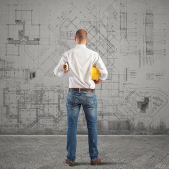 Architekt przygląda się projektom budynku