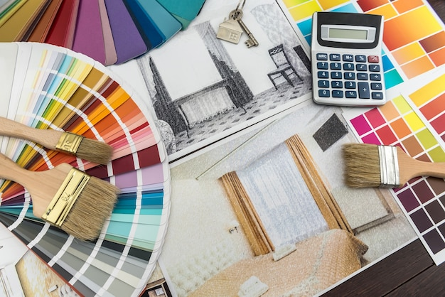 Architekt rysunek nowoczesnych planów mieszkania z próbką materiału kolorowego papieru na kreatywnym biurku. szkic domu do remontu