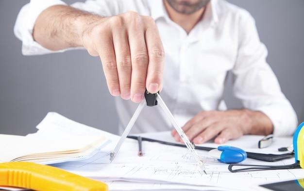 Architekt, rysunek planu budowy. praca w biurze