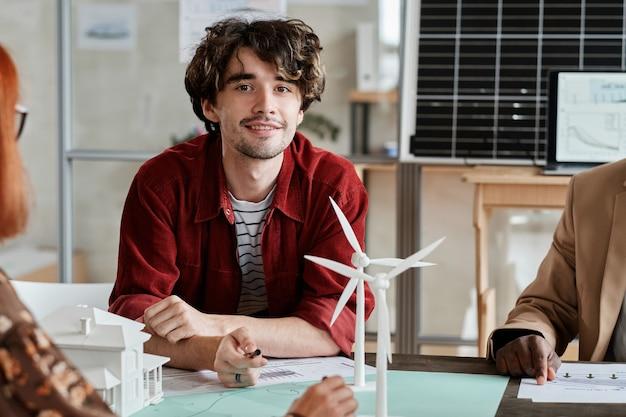 Architekt siedzący na spotkaniu w biurze
