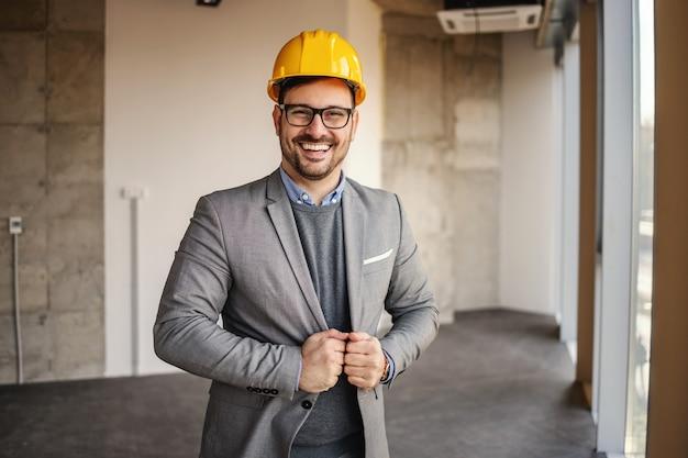Architekt sukcesu stojąc na budowie i pozowanie