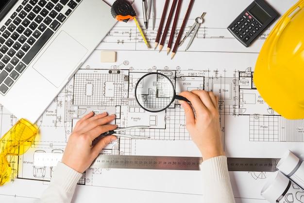 Architekt używa loupe na projekcie