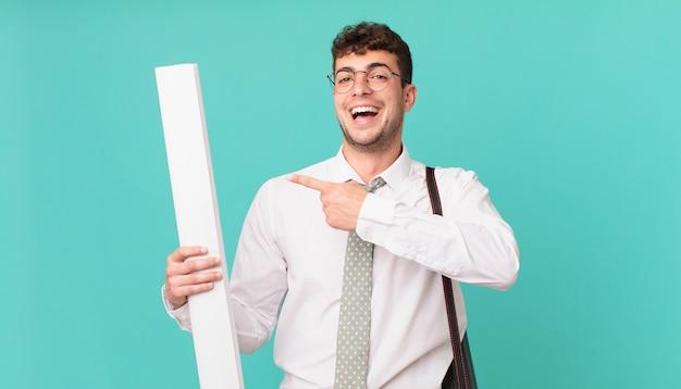 Architekt wyglądający na podekscytowanego i zaskoczonego, wskazujący w bok i w górę, aby skopiować przestrzeń