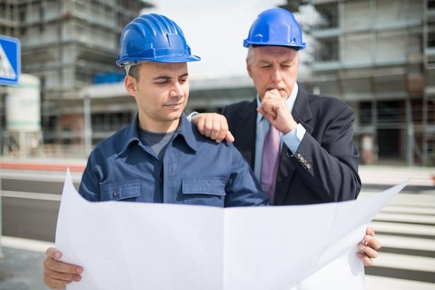 Architekt wyjaśniający, co należy zrobić kierownikowi witryny